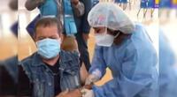 Miguelito Barraza recibe contento su primera dosis de vacuna contra la COVID-19