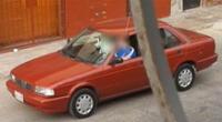 Roban auto estacionado fuera de una vivienda.