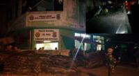 La comisaría atacada y uno de los carros afectados