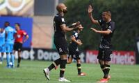 Felicitan a Erick Rossi por su gol, el tercero de Cusco FC ante Binacional.