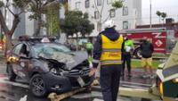 Auto particular sufrió graves daños tras choque con bus del Corredor Azul.