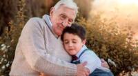 Niño le escribe una carta a sus abuelos que fallecieron el año pasado.