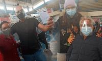 Hijos acompañan a sus padres a ser inoculados contra la COVID-19