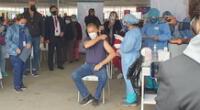El alcalde de Lima recibió la dosis en el vacunatorio del Parque de la Exposición.