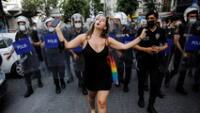 Según informaron medios locales al menos 25 personas, entre los que se encontraba un fotógrafo, fueron detenidas tras manifestarse.
