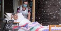 Adulta mayor internada solo quería volver a la nieve y el hospital cumplió su deseo para verla feliz.