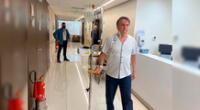 El presidente de Brasil, Jair Bolsonaro, camina en el Hospital de la Estrella de Vila Nova.