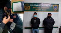 Los detenidos y los PNP en plena inspección al vehículo con la droga
