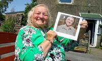 Issy Carr junto a una foto de su hijo Keith luego de 66 años de intensa búsqueda. FOTO: SWNS