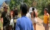 Policías dispararon al aire para dispersar a los pobladores