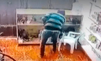 Ladrón da unos cuantos pasos de baile mientras roba una laptop