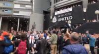Hinchas celebraron en el lugar tras confirmarse la venta del Newcastle.