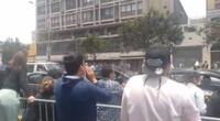Público enardecido vociferaba contra el jefe de Estado en conocida avenida.