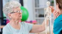 La osteoporosis hace que los huesos se debiliten y se vuelvan quebradizo.