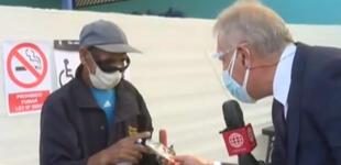 Elecciones 2021: Gunter Raver regala mascarilla a anciano para que se proteja del COVID-19