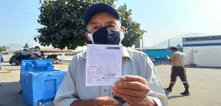 Adultos mayores llegan a local de vacunación pero no fueron notificados que hoy no hay atención