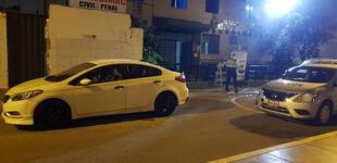 Callao: motorizados acribillan de 30 balazos a hombre y dos mujeres dentro de un auto