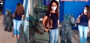 Niño se disfrazó de Godzilla para ir al cine y su peculiar forma de caminar se vuelve viral [VIDEO]