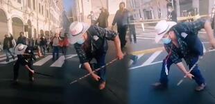 Ronderos marchan afilando sus machetes en rechazo a las denuncias de fraude en las elecciones 2021