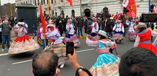 No al golpe fujimorista: multitudinaria marcha se lleva en medio de danza, arengas y cantos [VIDEO]