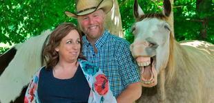 Futuros padres hacen sesión de fotos de maternidad, pero caballo se roba el show [FOTO]