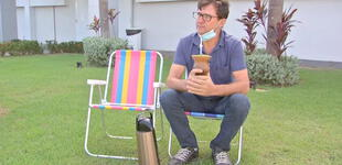 Sentado frente al hospital, un hombre espera la recuperación de su esposa con COVID-19
