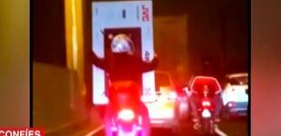 Captan a pareja trasladando un televisor de 50 pulgadas en moto lineal [VIDEO]