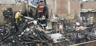 Chorrillos: Incendio de gran magnitud consume varias viviendas y deja una persona fallecida