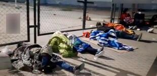 Piura: familiares de víctimas del sismo 6.1 duermen en cartones en exteriores de hospital