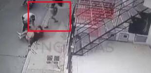 Niño defiende a su madre de un ladrón y lo golpea con una sombrilla para evitar que le robe [VIDEO]