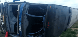 Pasco: seis personas heridas tras despiste y volcadura de bus interprovincial