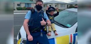 """Policía recibe inusual llamada de emergencia: """"Hola, ¿señora policía? tengo algunos juguetes para usted"""""""