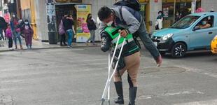 """Efectivo policial carga a persona discapacitada para cruzar la pista: """"Policía del bicentenario"""""""