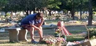 Padre va a la tumba de su hijo todos los domingos para escuchar con él partido [FOTO]