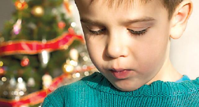 Habla con tu hijo y explícale de manera sencilla por qué su papá o mamá no estará en Navidad, ellos entienden