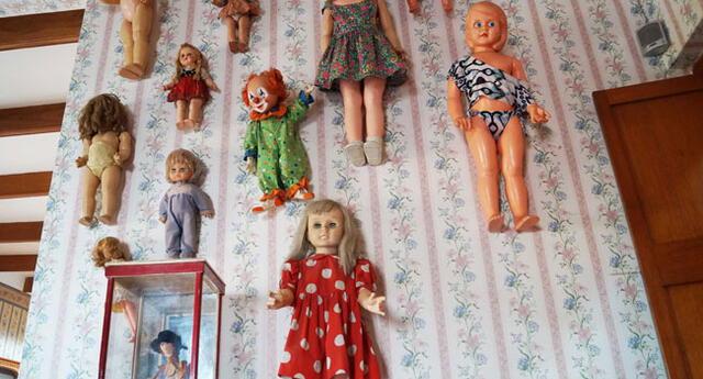 Muñecas de diversos países en el cuarto de las niñas.