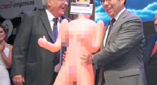 Escándalo por muñeca inflable que regalaron a ministro