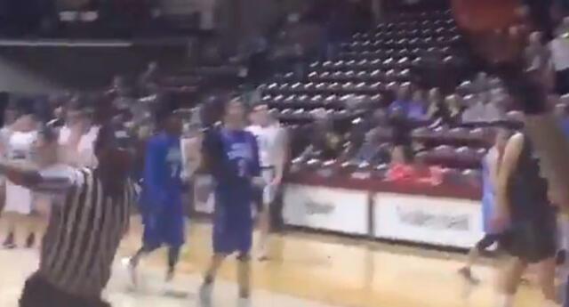 Árbitro de baloncesto causa furor por brutal anotación