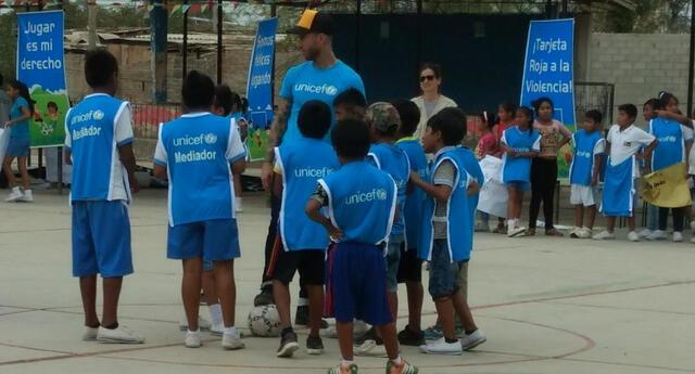 Sergio Ramos jugó con los niños de Catacaos