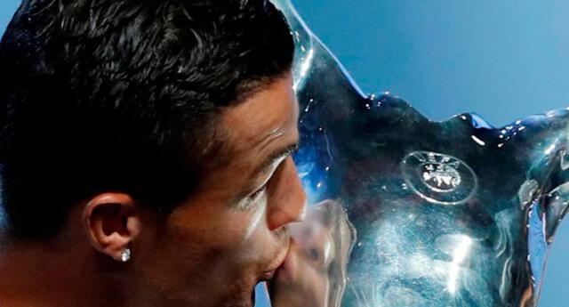 Tras recibir el premio, Cristiano Ronaldo besa la copa