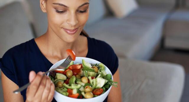 Existen algunos alimentos que ayudan a perder peso, y también aportan todos los nutrientes necesarios para combatir las enfermedades propias de la edad