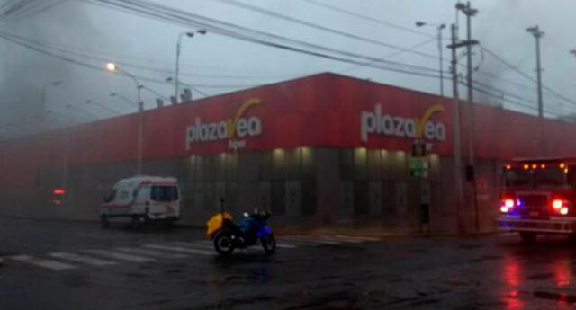 En incendio de Plaza Vea de Miraflores se rescataron 20 personas por los techos