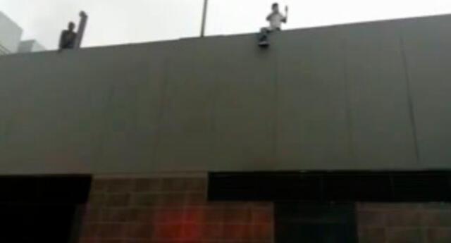 Rescataron trabajadores de los techos de local