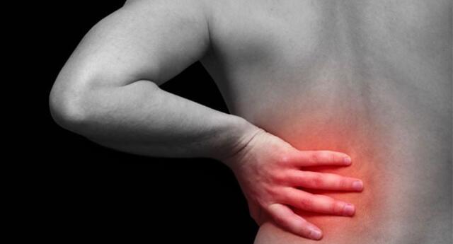 El dolor en la zona lumbar es un signo característico. Este dolor tiene un inicio rápido e intenso