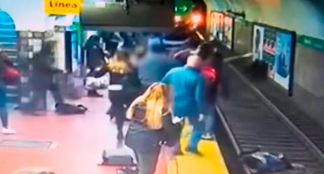 Instante en que los pasajeros reaccionan para salvar a mujer
