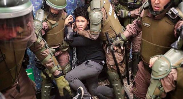 2 Carabineros torturan a joven por infringir toque de queda en Chile