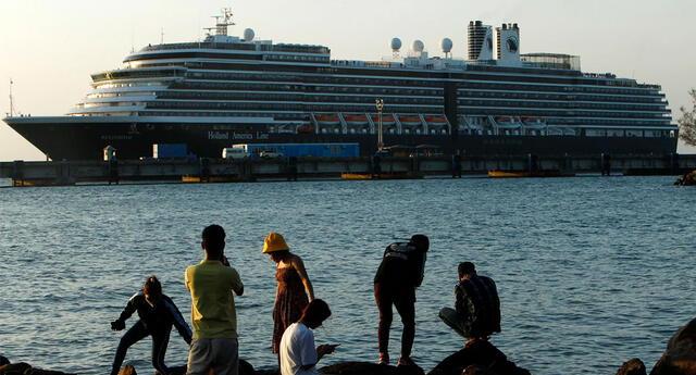 Según información local, el barco tendría que atracar el viernes en la mañana