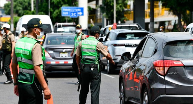 PNP controlando tránsito de vehículos.