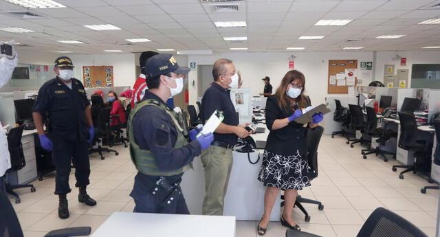 PNP y personal de Sunafil en el banco.