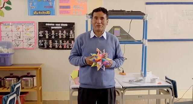 Profesor va a la casa de sus alumnos a dictarles las clases.